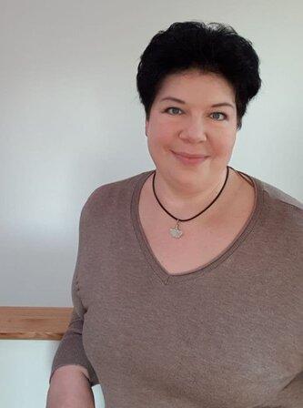 Beatrice Krammer lehnend