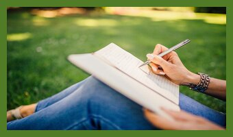 Frau Notizbuch schreiben